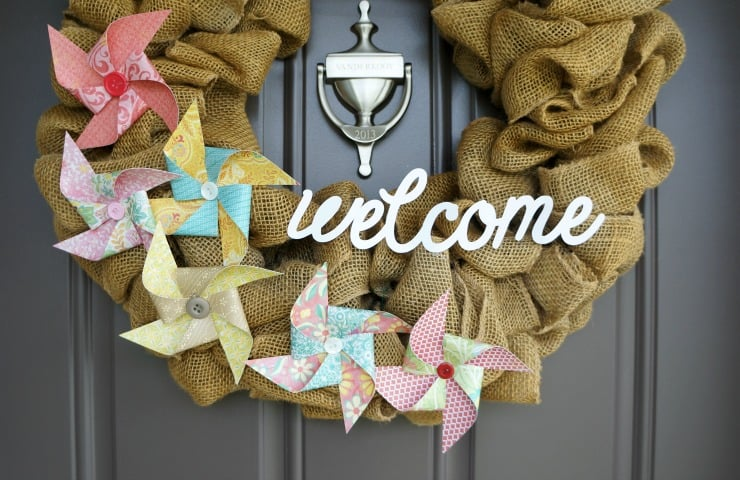 Burlap summer wreath with welcome sign and paper pinwheels